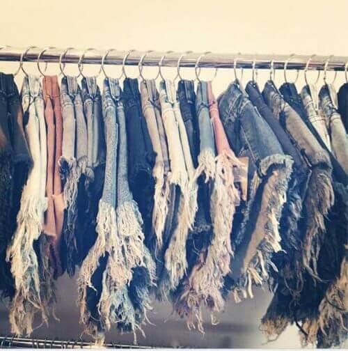 Поставете дрехите в пръстените и ги окачите на прът в гардероба