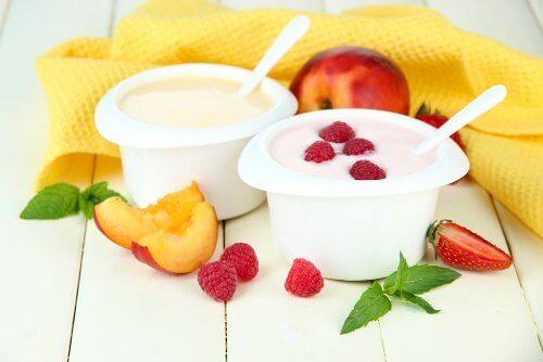 плодове и кисело мляко