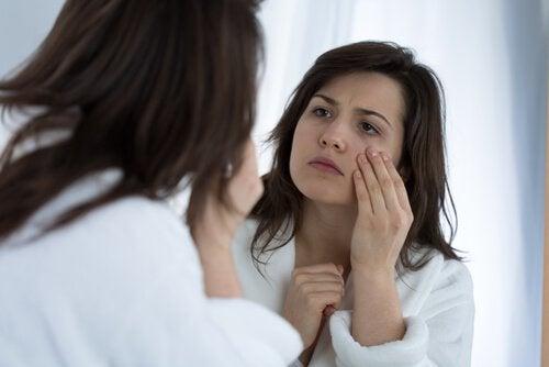 масаж на лицето с лъжица против тъмни кръгове