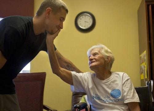 Учени търсят ново лечение на болестта на Алцхаймер.