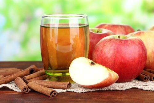 Вода с канела и ябълка за изгаряне на мазнини.