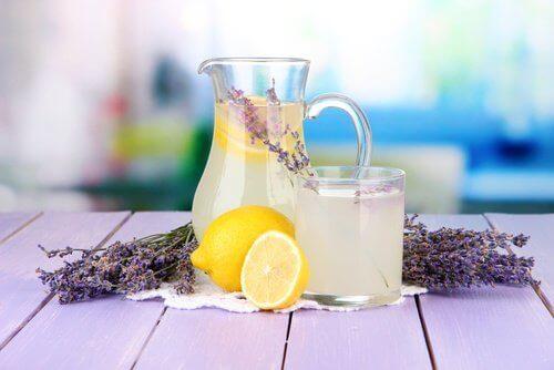 лавандулова лимонада с цветове