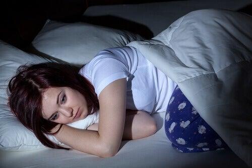 недоспиването е един от увреждащи кожата на лицето