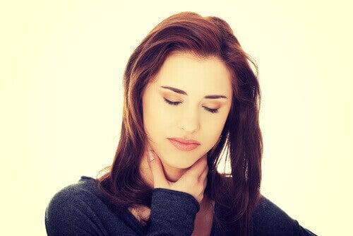 Стомашният рефлукс предизвиква дискомфорт в гърлото.