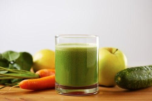 зелени смутита с домат, краставица и морков против високо кръвно налягане