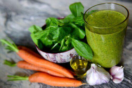 Зелени смутита със спанак и морков