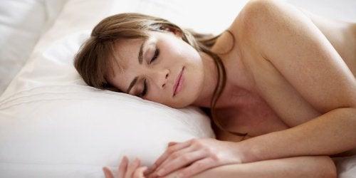 невероятните ползи от това да спим голи
