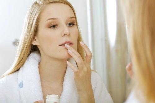 Премахванете червилото и почистетет устните.