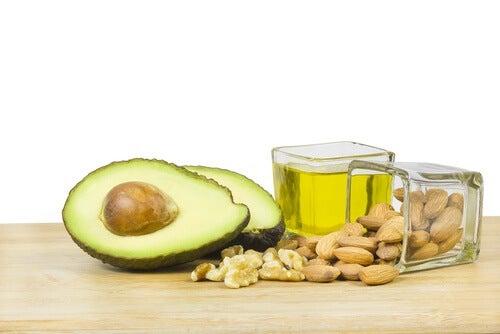 За да се справите с коремните мазнини, се хранете здравословно.