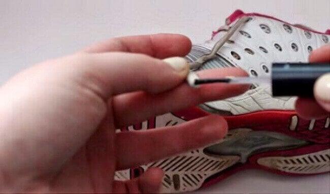 Предпазване на връзки за обувки с лака за нокти