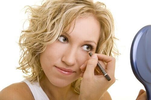 Молив за очи по ръба на клепача може да предизвика възпаления