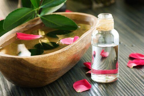 Розовата вода е натурален тоник, който намалява увисването на лицето.