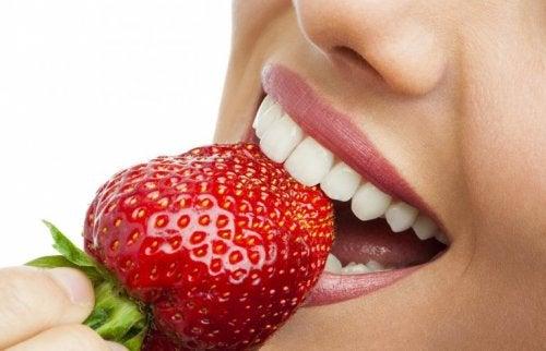 отървете се от зъбния камък с помощта на ягоди