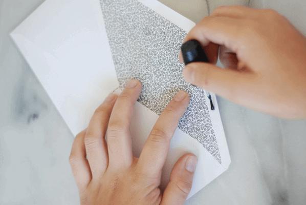 Запечатване на пликове с лака за нокти