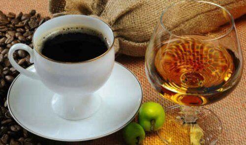 Не добавяюте алкохол в кафето
