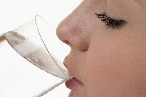 8 признака, че не приемате достатъчно вода