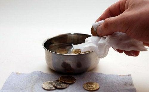 почистване на монети с помощта на кока колата