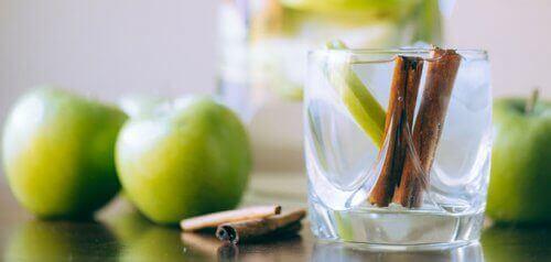 канелена вода с ябълка и лимон