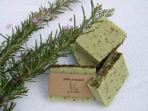 Научете как се прави сапун от розмарин за мазна кожа