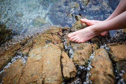 Ползите от ледената вода за стъпалата
