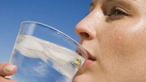 Защо не може да се справите с целулита: не пиете достатъчно вода.