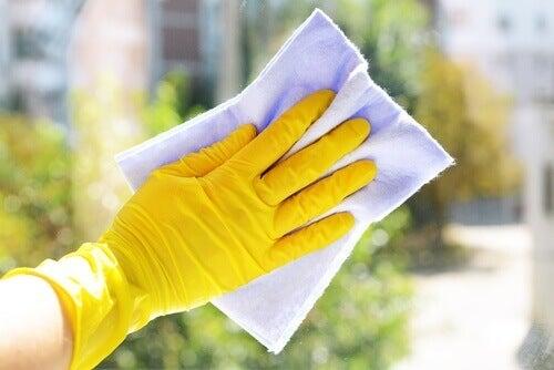 Почистващити препарати са сновните причини за цепенето и чупенето на ноктите
