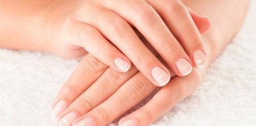водородният пероксид чисти петната по ноктите