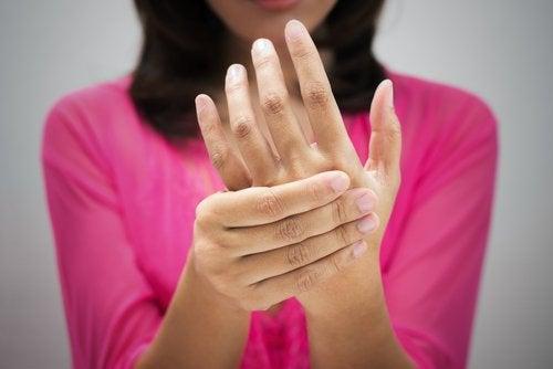 Един от признаците на инсулта е невъзможността за повдигане на ръцете
