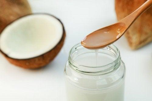 Включете кокосово масло в диетата за изгаряне на мазнините