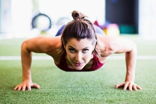 Опитайте тези 4-минутни японски упражнения за перфектни коремни мускули