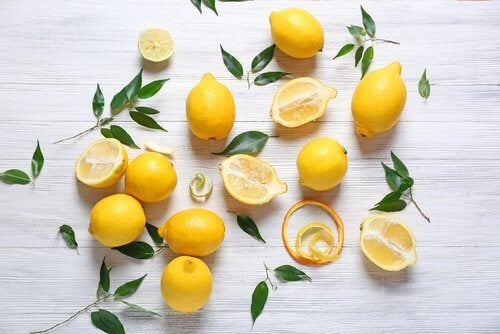 Използвайте лимони за изсветляване петната по шията