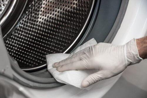 почистване на мухъл с ябълков оцет в пералната машина