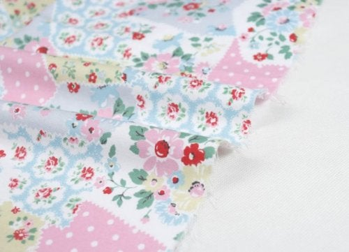 Направете покривка за леглото от старите дрехи