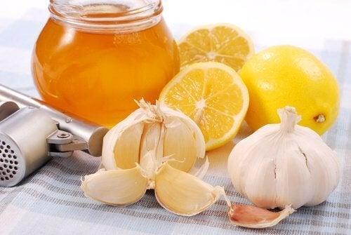Започнете деня здрави и силни с лимон, чесън и мед