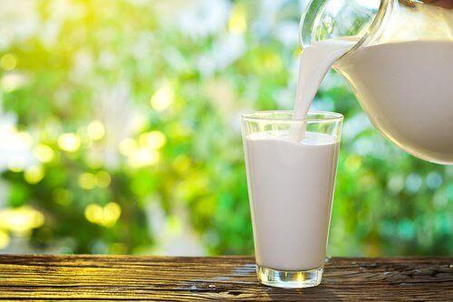 Подбирайте млечните продукти, за да контролирате хормоните, водещи до напълняване