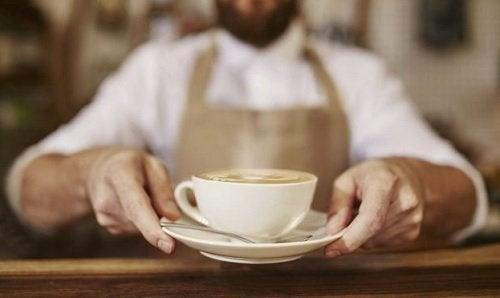 Намалете кофеина, за да избегнете напълняване