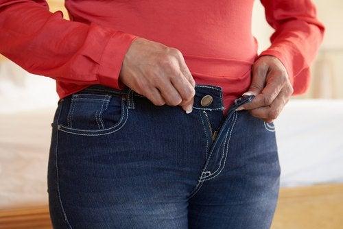 Носенето на тесни дрехи е една от причините за болка в лумбалната област и в таза.