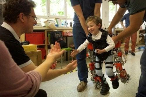 Този екзоскелет може да помогне на деца с параплегия да проходят отново
