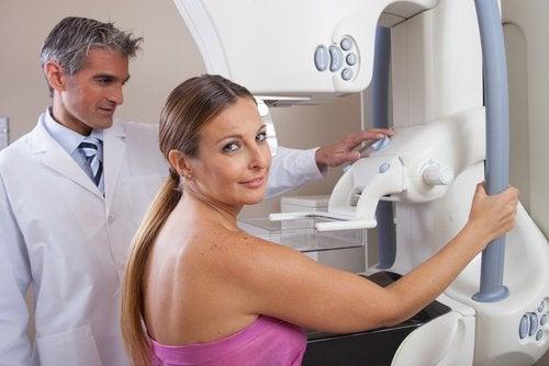за по-качествена мамограма е нужно леко притискане на гърдите