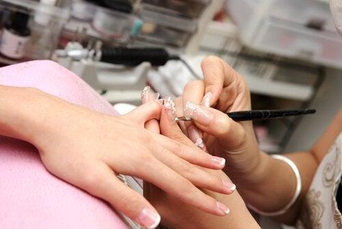 Грижете се ръцете и ноктите ви да бъдат винаги хидратирани.