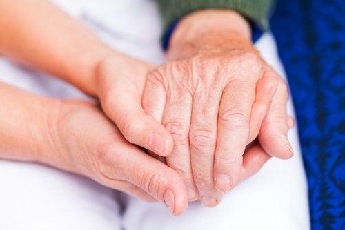 При артрит болката се проявява в много стави, а не само в една.