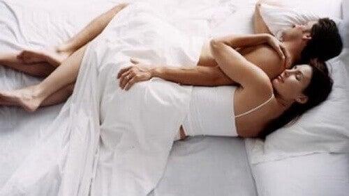 Лъжица - това е още една от най-често срещаните пози за сън
