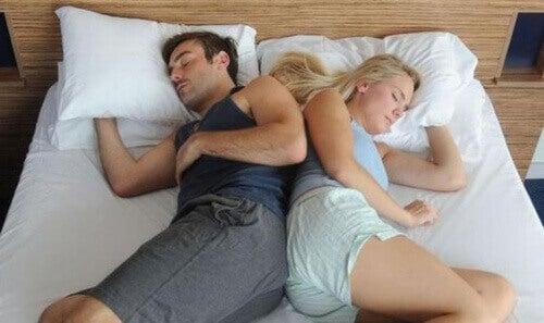 Пози за сън - рамо за рамо