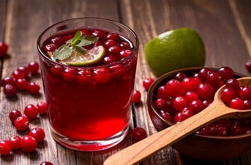 За пречистване на пикочния мехур пийте сок от червена боровинка