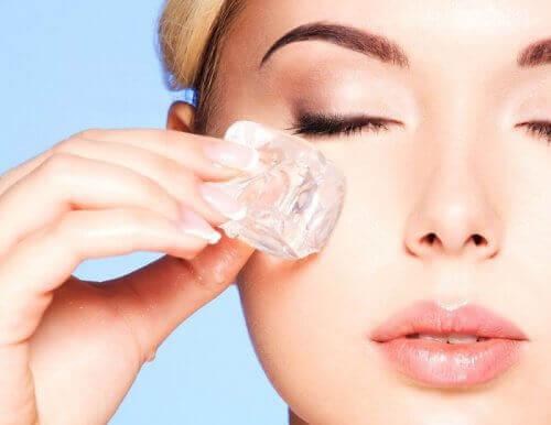 Прилагането на лед върху кожата тонизира кожата