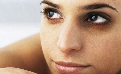Прилагането на лед върху кожата се бори с тъмните петна