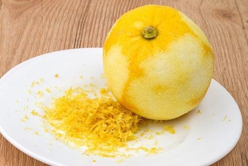 лимоновата кора омекотява кожата на краката