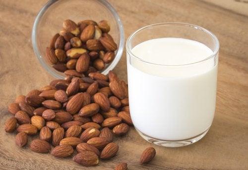 Ползите от комбинацията на куркума и бадемово мляко