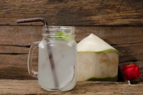 детоксикиращи води: лайм и кокос