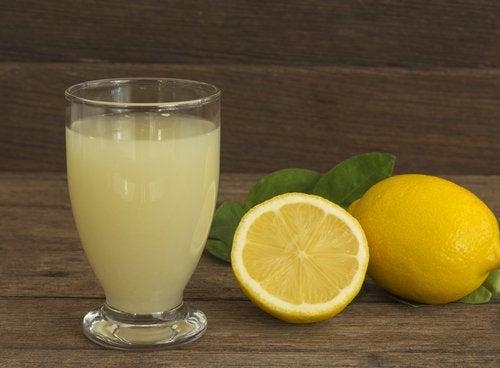 Значителното количество фибри, които съдържа лимона почистват стените на артериите.